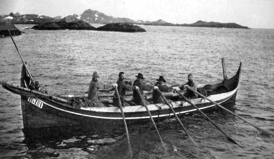 1000 år Skreien er fisket og skal leveres, 1910. The cod has been caught and is ready for landing. 6 dyroljer fra hval- eller selspekk.