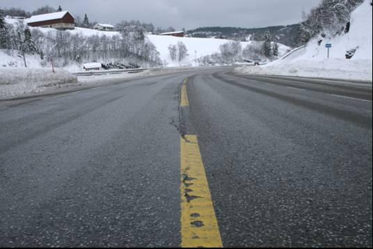 23 Eksempel på feltobservasjon på våt veg Vannmengde på veg 1200 water on road surface [gr/m 2 ] 1000 800 600 400 200 right wheel track between wheel tracks 0-100 0 100 200 300 400 500 600 acc.